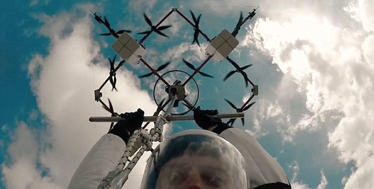 Человек впервый раз совершил парашютный прыжок сдрона