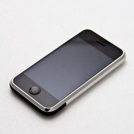 Известный ютубер уничтожил первый iPhone