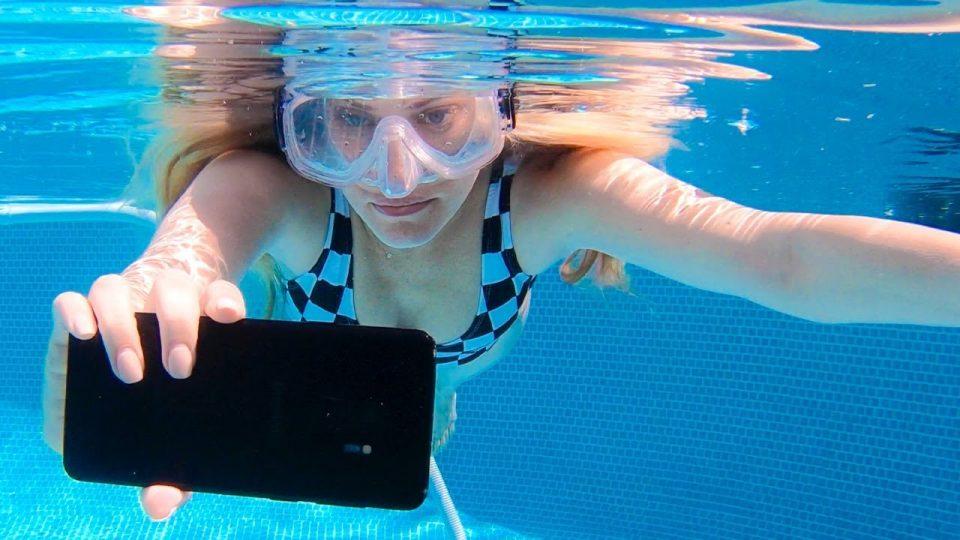 Смартфон Samsung спас жизни двух незадачливых моряков